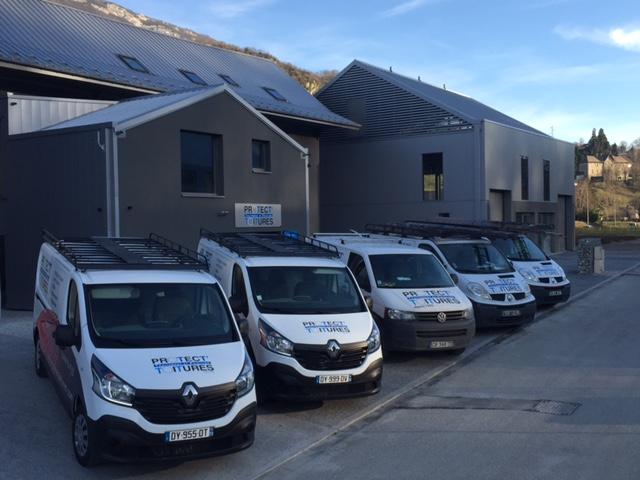 Camions devant notre entreprise de rénovation de toiture